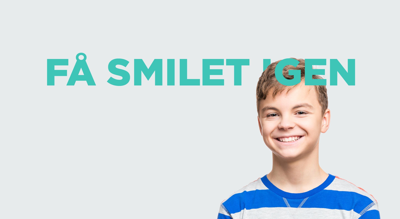 glad_dreng_med_nyt_smil